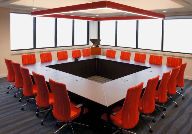 Ativa | Conference Table | M33 Mocha Walnut Veneer | Round Shape | Red Chairs
